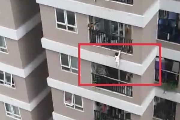Clip bé gái 2 tuổi rơi từ tầng 12 chung cư ở Hà Nội được người hùng cứu sống