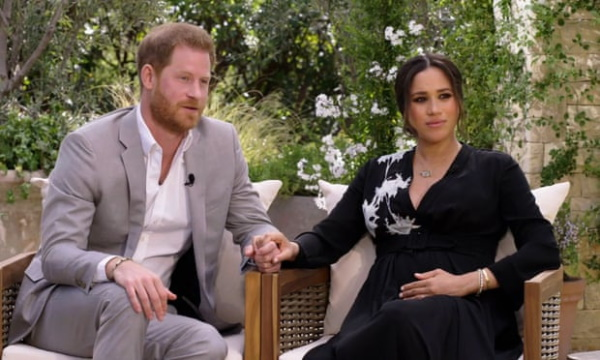 """Nữ hoàng Anh bày tỏ thái độ với hai vợ chồng Hoàng tử Harry sau vụ """"vạch áo Hoàng gia"""""""