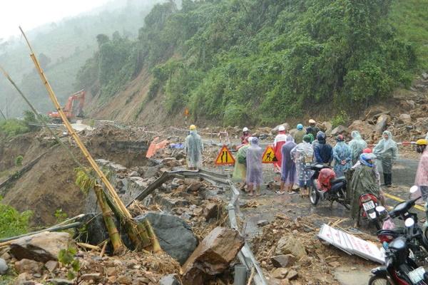 Thủ tướng Nhật cam kết hỗ trợ khẩn cấp cho Việt Nam khắc phục mưa lũ miền Trung