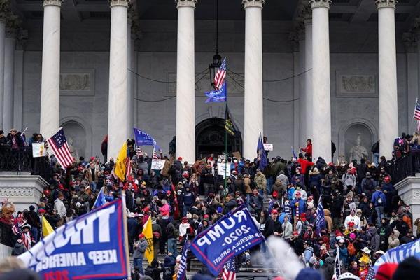 Người ủng hộ Trump tràn vào Quốc hội Mỹ, một người bị bắn chết