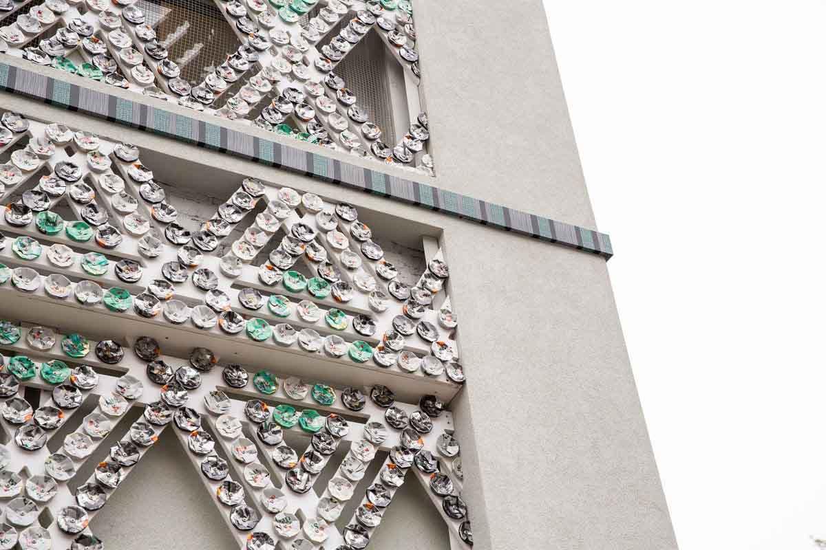 Việc cửa hàng thiết kế mặt tiền bằng vật liệu tái chế tạo ấn tượng với các trang kiến trúc nước ngoài