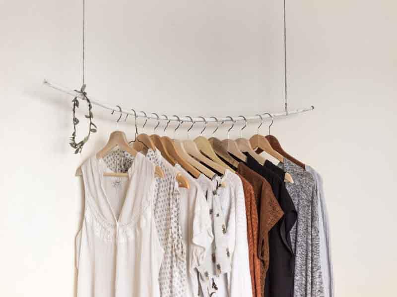 Tủ quần áo tối giản và làm sao để yêu hơn những bộ đồ bạn có?