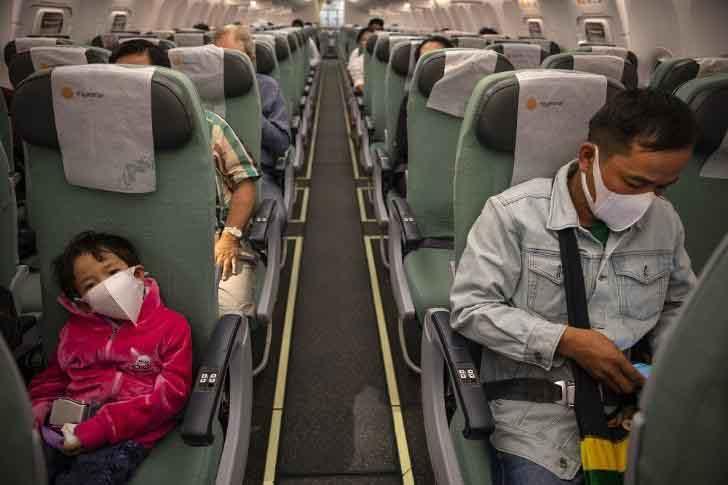 Nghiên cứu cho thấy coronavirus vẫn tồn tại trên máy bay sau khi người nhiễm rời khỏi