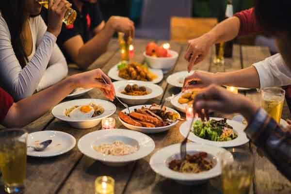 Để bảo vệ sức khỏe bản thân, bạn nên và không nên làm những gì sau bữa ăn