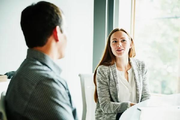 Cách nói chuyện với một người không giao tiếp bằng ánh mắt