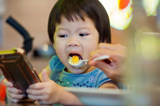 Trẻ bị chậm nói vì thói quen vừa ăn vừa xem màn hình