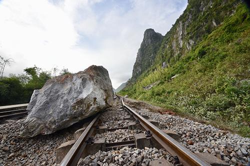Đá tảng rơi xuống đường sắt ở Quảng Bình