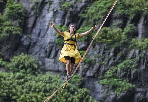 Đứng tim với màn đi giày cao gót 'lướt' trên dây ở độ cao 1.300m