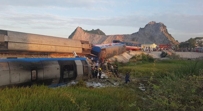 Tai nạn đường sắt kinh hoàng: Tàu hỏa chở 400 hành khách lật khi tông xe tải