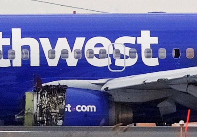 Máy bay Mỹ nổ động cơ giữa trời, hành khách bị hút ra không trung