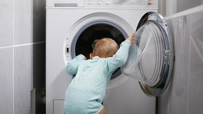 Mất con vì bé chui vào máy giặt để chơi trốn tìm với bạn