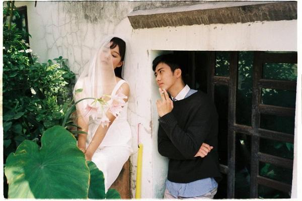 Bộ ảnh cưới đáng yêu được chụp trong vườn của bác hàng xóm