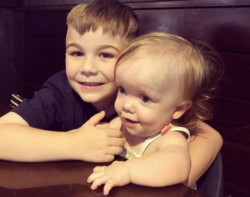 Tan chảy trước hành động ngọt ngào của anh trai 6 tuổi dành cho em gái nhỏ