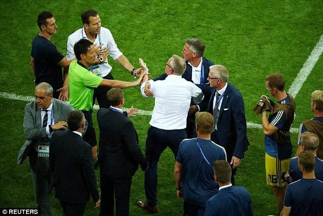 Xung đột sau trận đấu do tuyển Đức ăn mừng khiêu khích Thụy Điển?