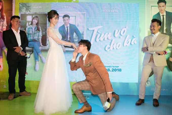 S.T quỳ gối hôn tay Jang Mi