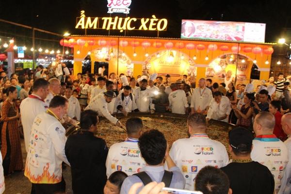 20 đầu bếp 14 quốc gia cùng đổ chiếc bánh xèo kỷ lục Việt Nam