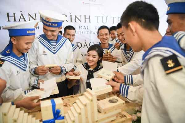 Trao tặng hơn 10 ngàn cuốn sách quý đến cán bộ, chiến sĩ   Vùng 4 Hải quân – Cam Ranh (Khánh Hòa)