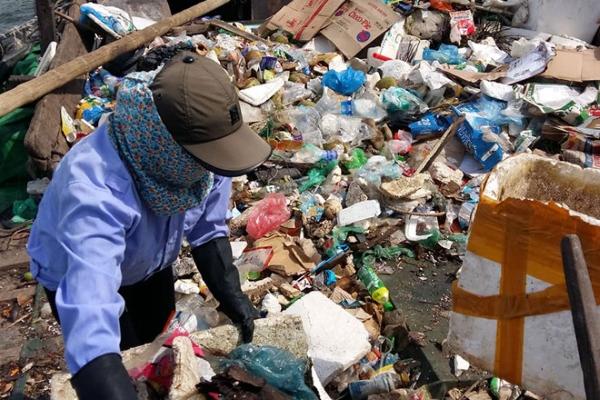 """Vịnh Hạ Long """"kêu cứu"""" vì rác thải của du khách ném xuống"""