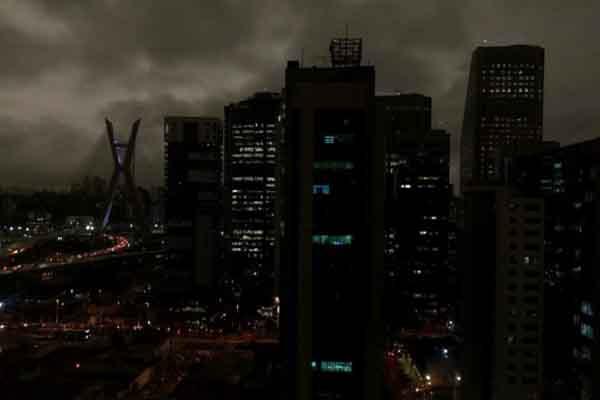 Bầu trời Brazil biến thành đêm bởi khói cháy rừng Amazon