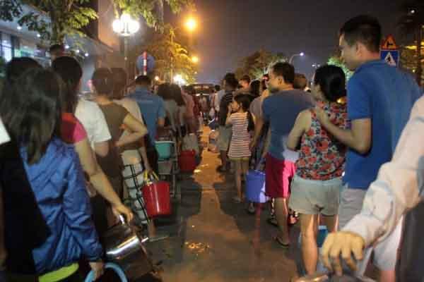 Dân Hà Nội xếp hàng trong đêm đợi lấy nước sạch miễn phí
