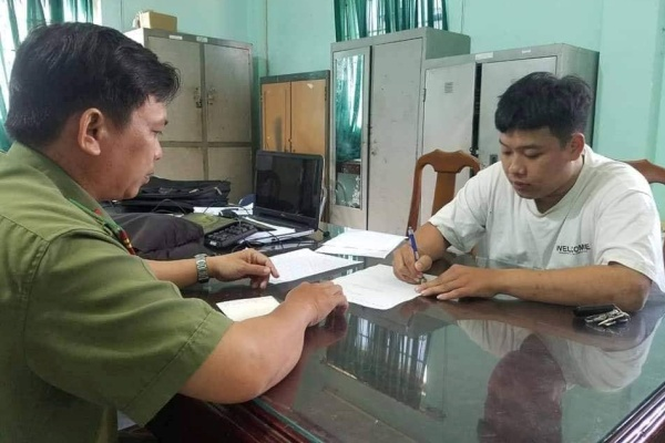 Công an làm việc với một thanh niên tung tin sai về virus corona ở Vũng Tàu