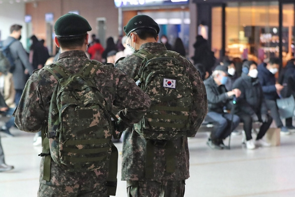 Hàn Quốc phát hiện 11 quân nhân nhiễm COVID-19, cách ly 7.700 người