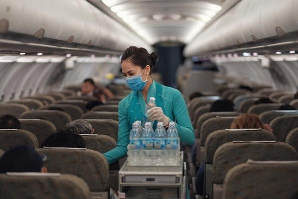 Hành khách đi máy bay phải đeo khẩu trang và ngồi cách nhau một ghế