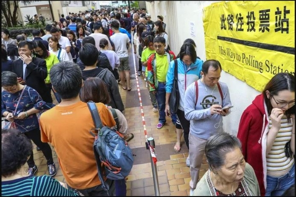 """Hong Kong: Phe thân Bắc Kinh """"thua đau"""" trong cuộc bầu cử cấp quận"""