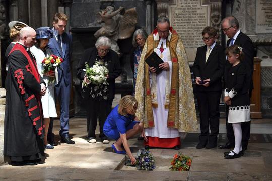 Tro cốt của nhà vật lý Stephen Hawking được chôn cất giữa giữa Darwin và Newton