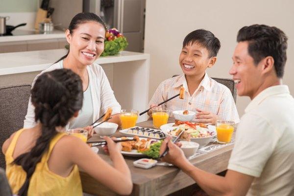 Vẻ đẹp duyên dáng của phụ nữ Việt Nam trong bữa cơm gia đình