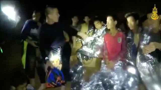 Thái Lan gấp rút cứu đội bóng khỏi hang động trước khi mưa lớn kéo đến