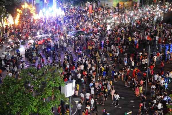 Chùm ảnh người dân khắp nơi đổ về trung tâm Sài Gòn đêm Giáng sinh