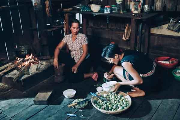 Hoa hậu H'Hen Niê, Hoàng Thùy Linh... hóa thôn nữ