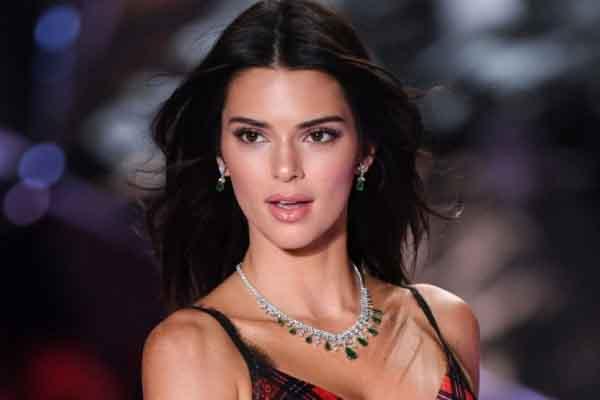 Cuộc chiến với mụn của Kendall Jenner