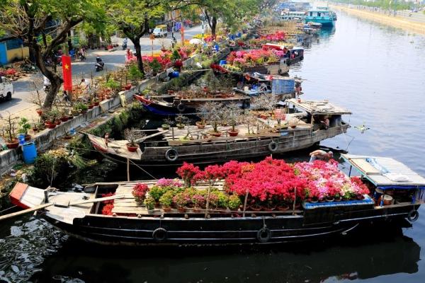 Đường phố Sài Gòn đã ngập tràn hoa tết
