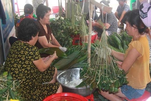 Làng làm bánh ú tro nhộn nhịp giữa Sài Gòn