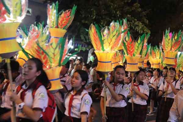 Cận cảnh lễ hội rước đèn trung thu hoành tráng tại Phan Thiết