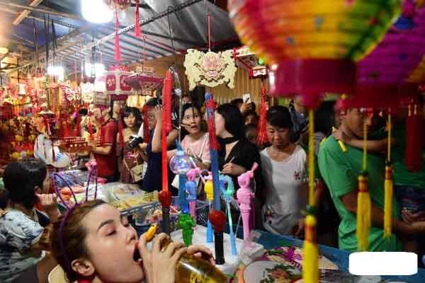 Phố lồng đèn Sài Gòn kín người đi chơi tết Trung thu