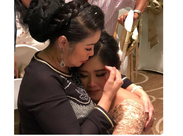 Con gái Hồng Vân quỳ xuống, ôm mẹ òa khóc trong tiệc cưới