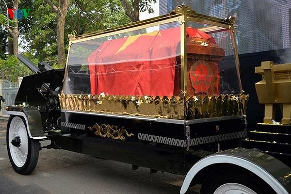 Linh xa chở nguyên Thủ tướng Phan Văn Khải về tới quê nhà