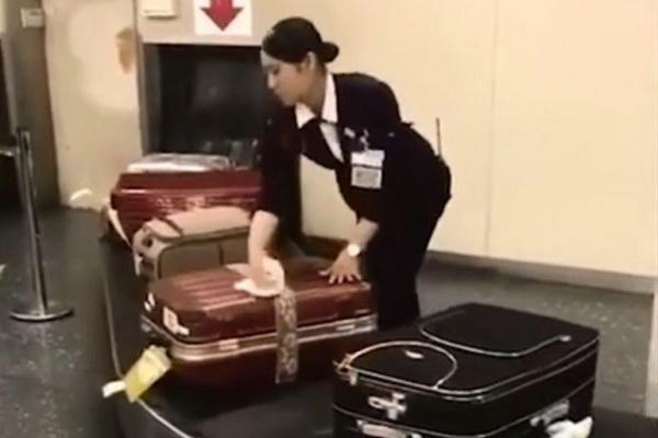 """""""Tròn mắt"""" cảnh nhân viên sân bay Nhật Bản tỉ mỉ lau vali cho khách"""