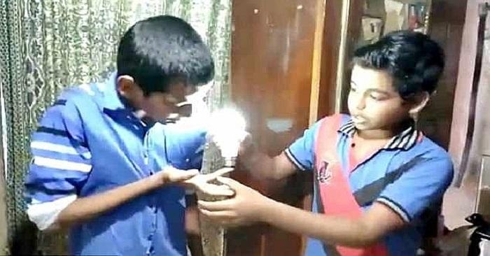 Kỳ lạ cậu bé Ấn Độ có thể làm sáng bóng đèn