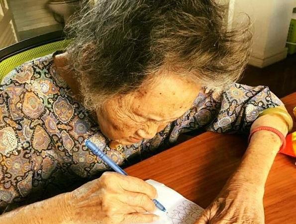 Cụ bà vẽ 1.000 trái tim đốt cho người chồng đã mất