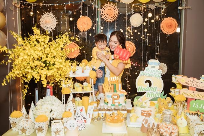 Dương Cẩm Lynh tổ chức sinh nhật ấm áp cùng con trai