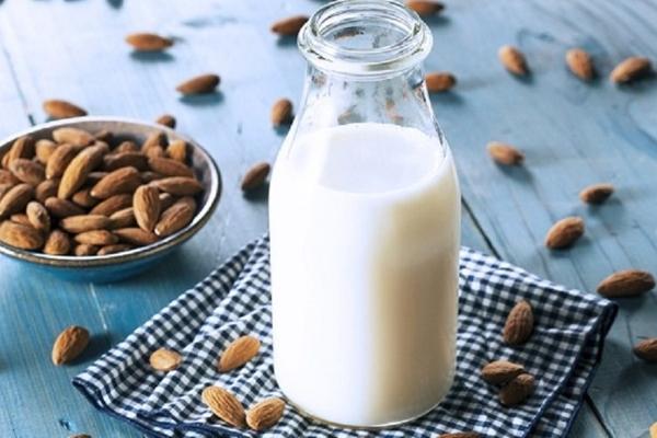 Sinh tố sữa hạnh nhân chà là giúp đẹp từ trong ra ngoài