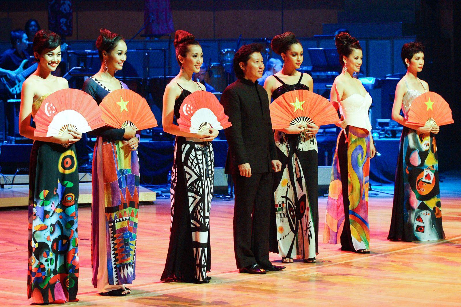 NTK Sỹ Hoàng với 2 bộ sưu tập áo dài đỉnh cao tại DDVN