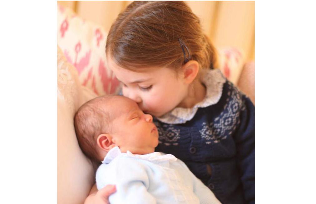 """Hình ảnh đáng yêu của hoàng tử nhỏ Louis """"gây bão"""" khắp mạng xã hội"""