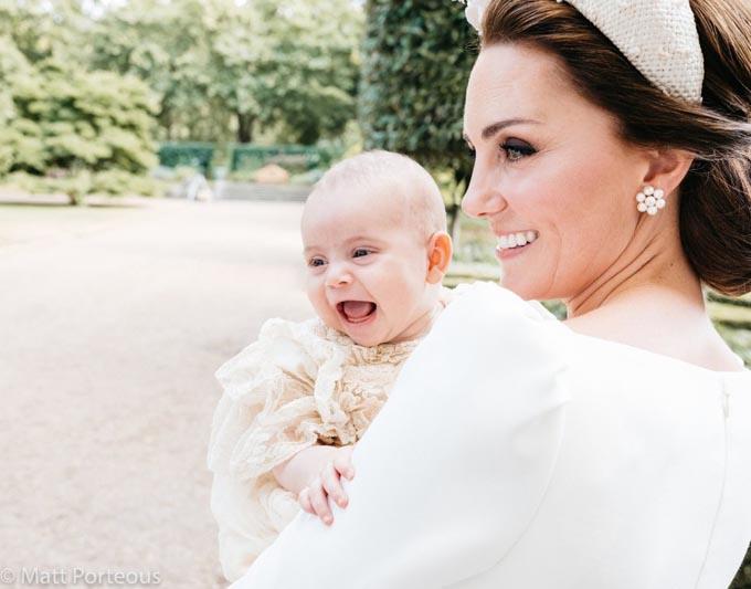 Hoàng tử Louis cười toe toét giống hệt hoàng tử George