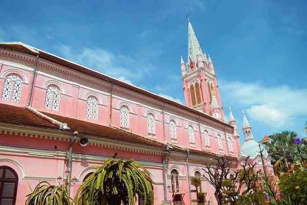 """Ghé nhà thờ màu hồng """"độc nhất vô nhị"""" giữa lòng Sài Gòn"""