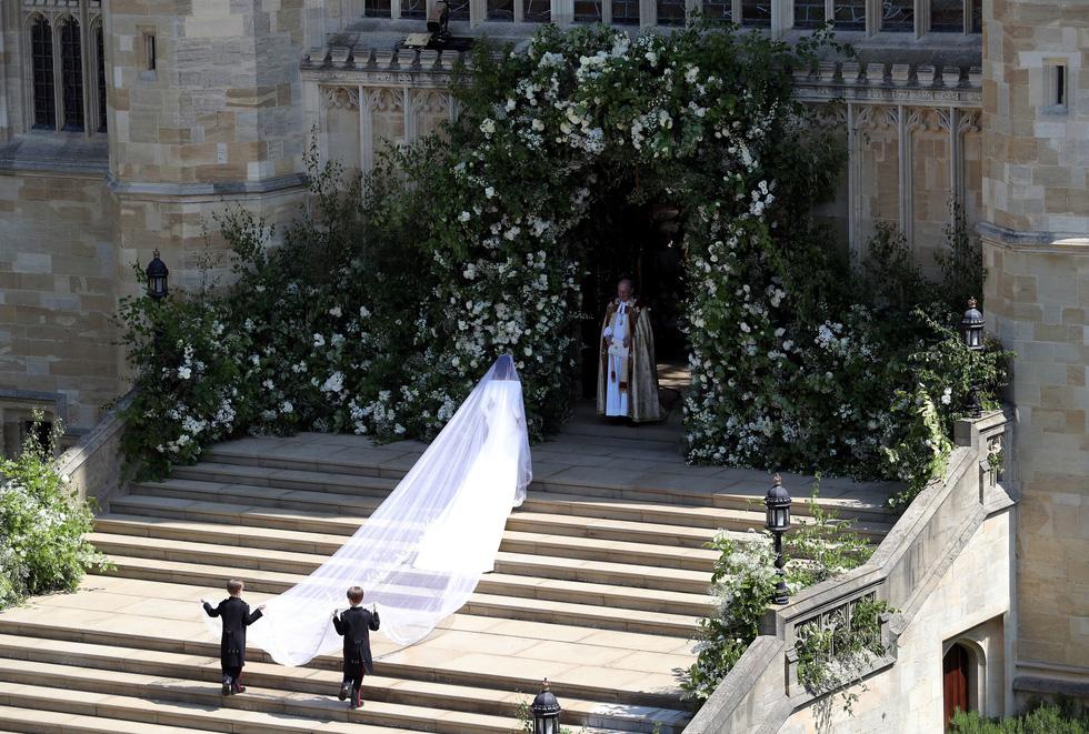 Cận cảnh chiếc váy cưới đặc biệt trong hôn lễ hoàng gia Anh
